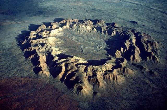 1Craterul Gosses Bluff, Australia