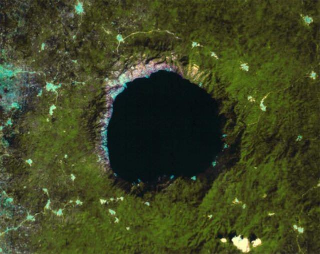 1Craterul Lake Bosumtwi, Africa