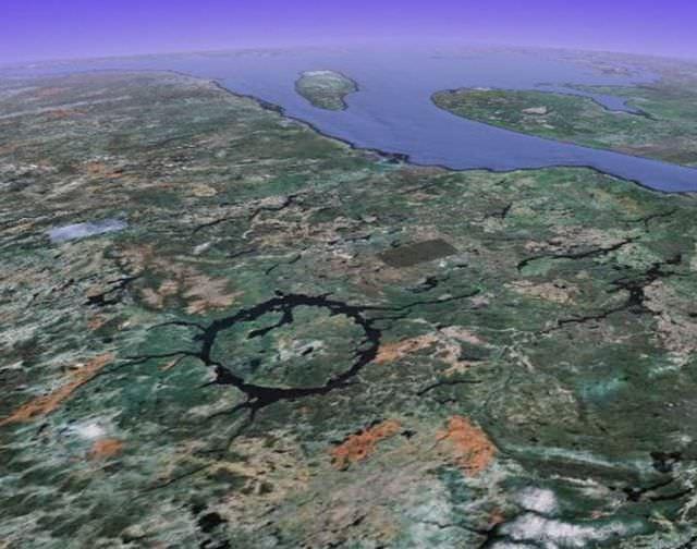 1Craterul Manicouagan, Canada