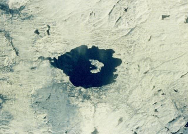 1Craterul Mistastin, Canada