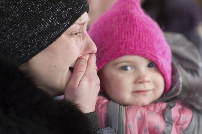 IMAGINI CUTREMURATOARE din Ucraina! REFUGIATII isi parasesc casele cu copiii in brate!12